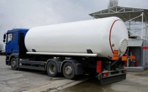 Camiones cisterna para 180000 vecinos en Sevilla